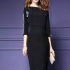 ชุดเดรสสีดำ ผ้าคอตตอนผสมโพลีเอสเตอร์สีดำ รอบคอเสื้อและแขนแต่งด้วยมุกมีขาว