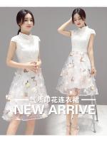 ชุดเดรสสวยๆ ตัวเสื้อผ้าลูกไม้ลายดอกไม้ สีขาวครีม คอจีน มีซิบด้านหลังลำตัว