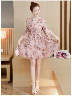 ชุดเดรสสั้น ผ้าชีฟองเนื้อดีสีชมพู พิมพ์ลายดอกกุหลาบ และแต่งด้วยผ้ารูปดอกไม้สีชมพูสามมิติ