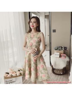 ชุดเดรสสวยๆ ผ้าไหมแก้ว organza ชนิดเนื้อย่น เดินเส้นผ้าเล็กๆ สีชมพูโอรสเป็นดอกไม้ และสีเขียวเป็นใบไม้
