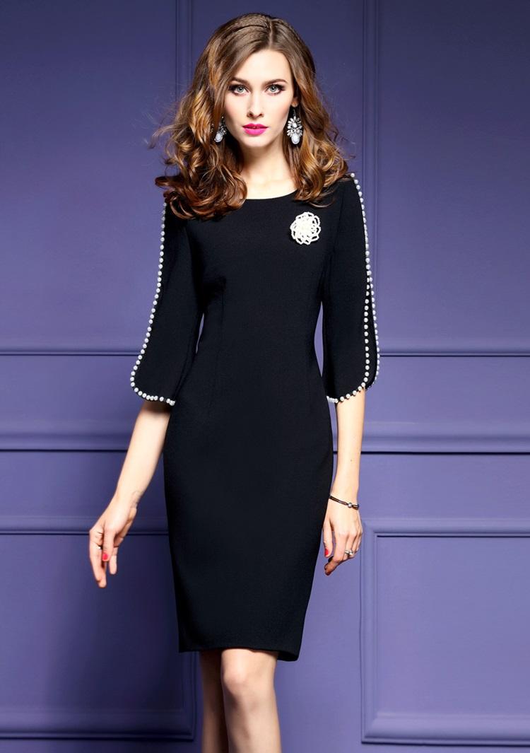 ชุดเดรสสีดำ ผ้าโพลีเอสเตอร์ ดีไซน์เก๋มากๆ แต่งแขนเสื้อด้วยมุกสีขาว เดรสทรงตรงสอบ