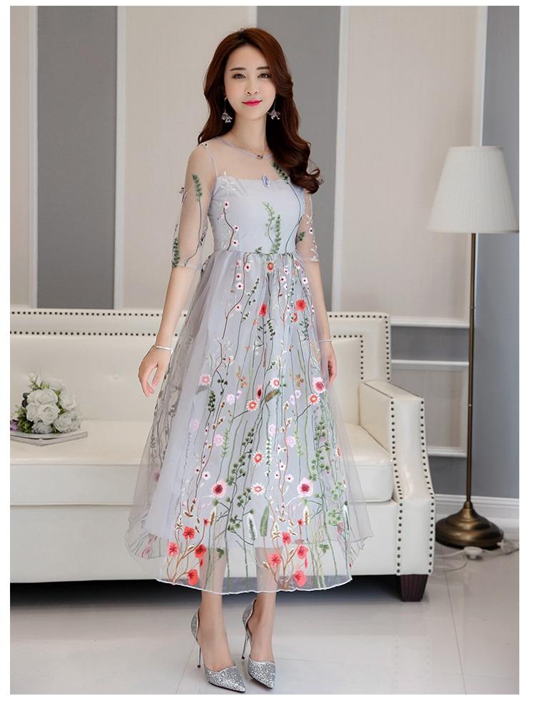 ชุดเดรสยาว ผ้าลูกไม้ปักลายดอกไม้หลากสี งานปักสวยงามมากๆ แขนยาวสามส่วน