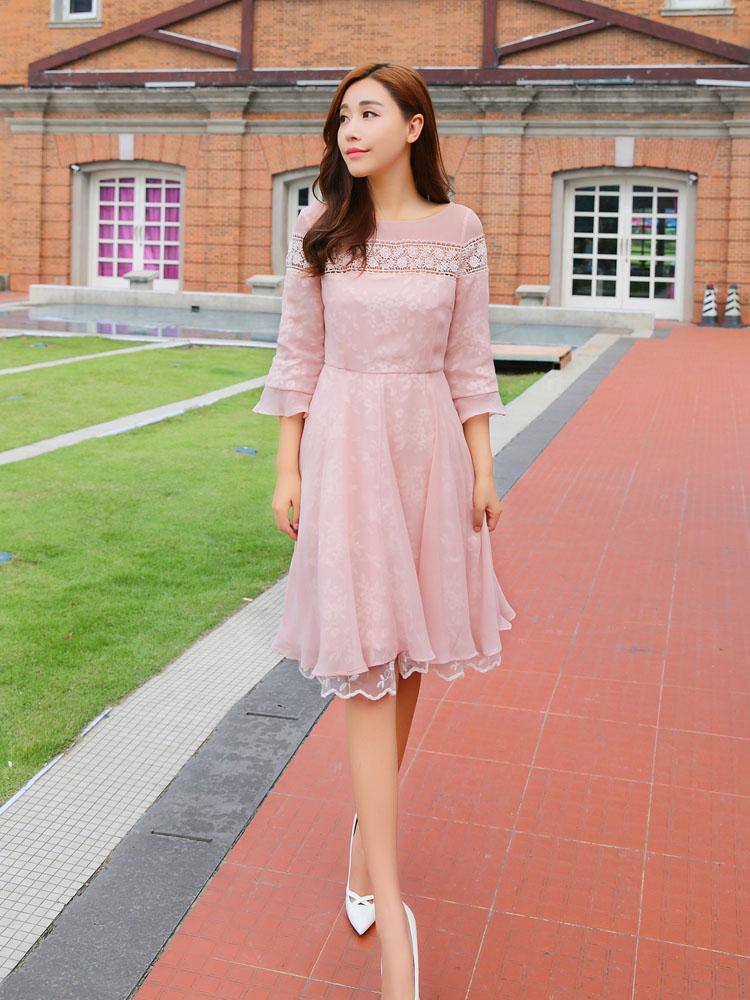 ชุดเดรสชีฟอง เนื้อดี สีชมพู ช่วงอกและแขนเสื้อ แต่งด้วยผ้าถักลายดอกไม้ ทังชุดเย็บซ้อนด้วยผ้าไหมแก้ว