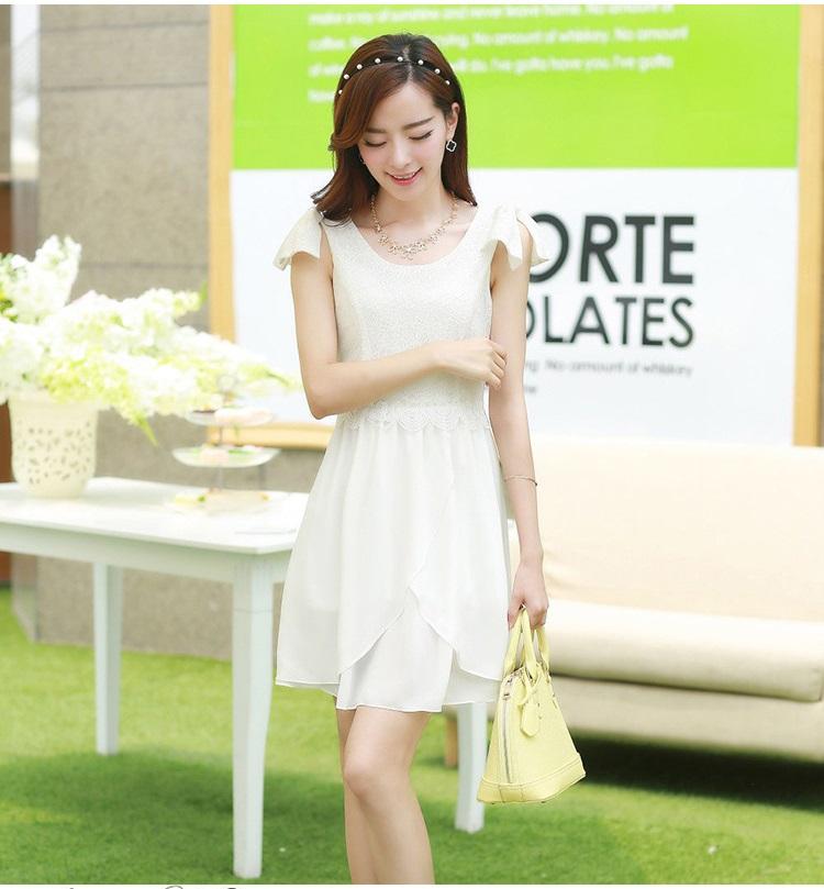 ชุดเดรสเกาหลี เดรสตัวเสื้อผ้าลูกไม้ เนื้อนิ่ม ยืดหยุ่นได้ดี สีขาว เนื้อเงาระยิบ แต่งโบว์ใหญ่ที่ไหล่