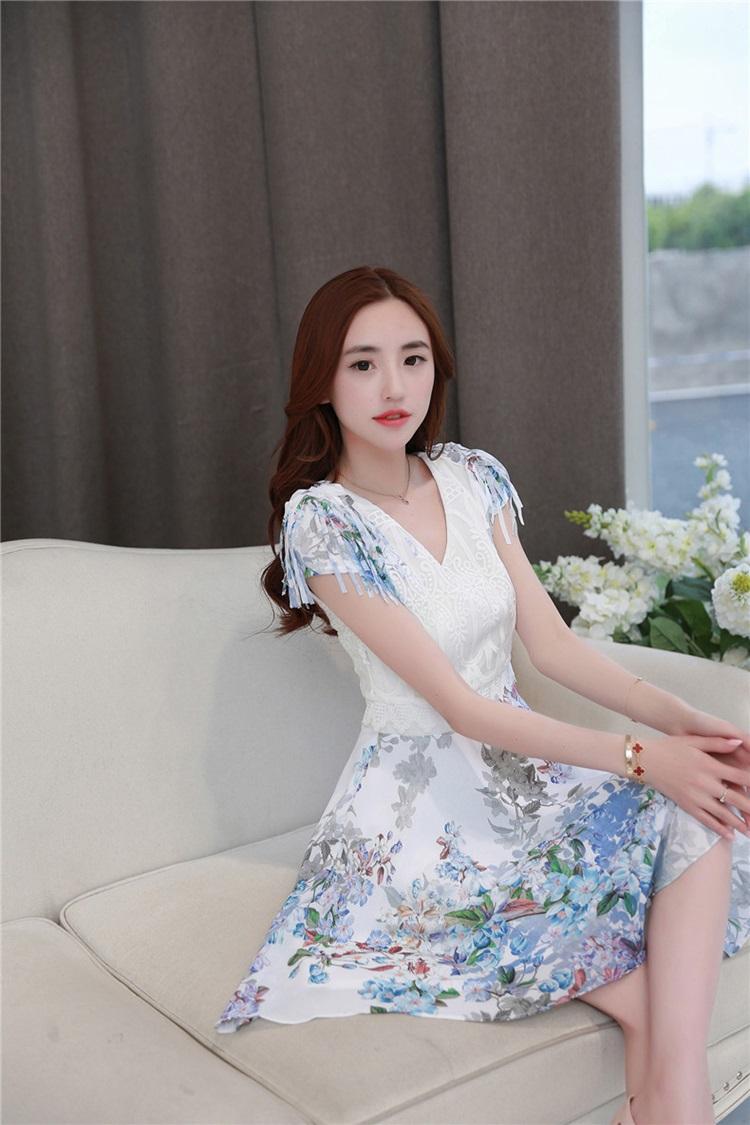 ชุดเดรสสวยๆ ตัวเสื้อผ้าชีฟอง สีขาว เย็บซ้อนด้วยผ้าลูกไม้ปักสีขาว คอวี แขนสั้้น