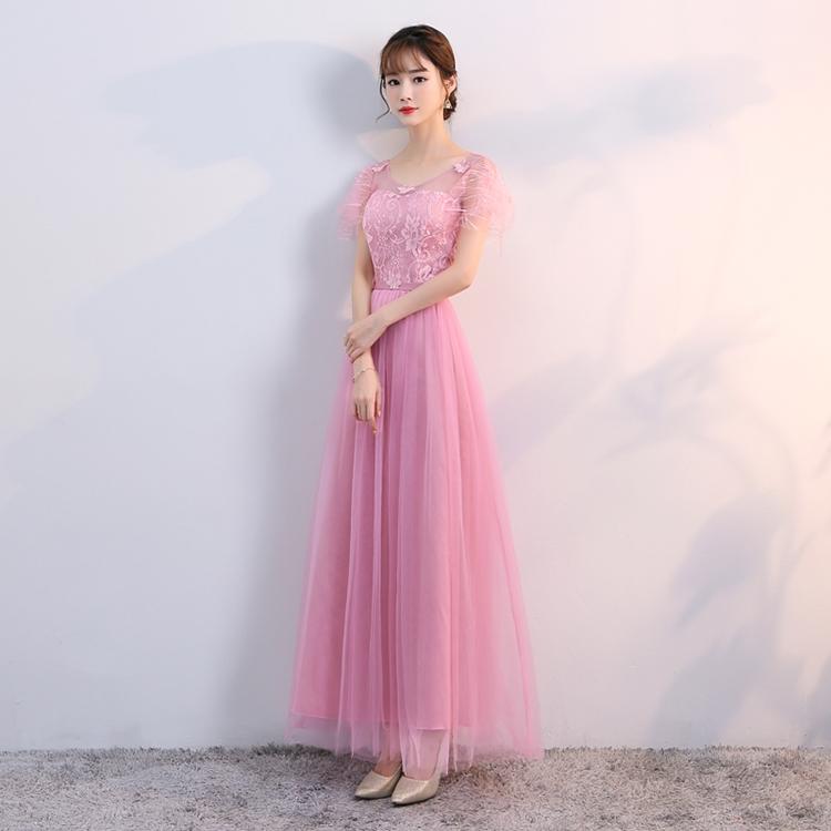 ชุดราตรียาว ตัวเสื้อเป็นผ้าลูกไม้สีชมพูเข้ม ช่วงไหล่ และคอเสื้อเป็นผ้าโปร่งแต่งด้วยผ้าปักรูปผีเสื้อ แขนสั้น