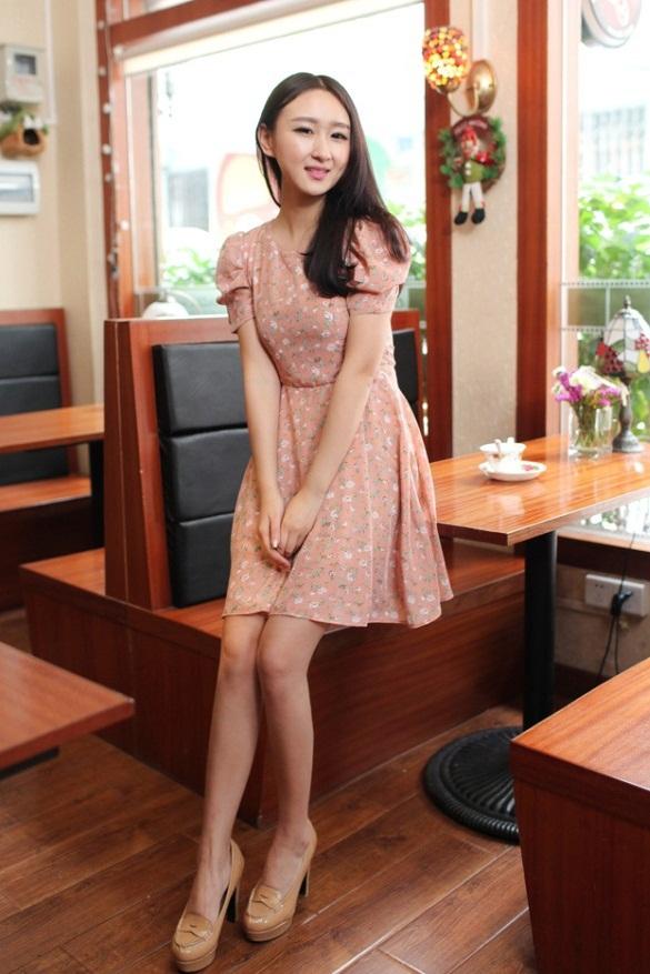 ชุดเดรสสั้น แฟชั่นเกาหลี ใส่ออกงานได้ สีชมพู ผ้าชีฟอง แขนตุ๊กตา โชว์หลัง กระโปรงบาน เป็นชุดเดรสแบบปล่อย สวยน่ารัก ๆ (พร้อมส่ง)