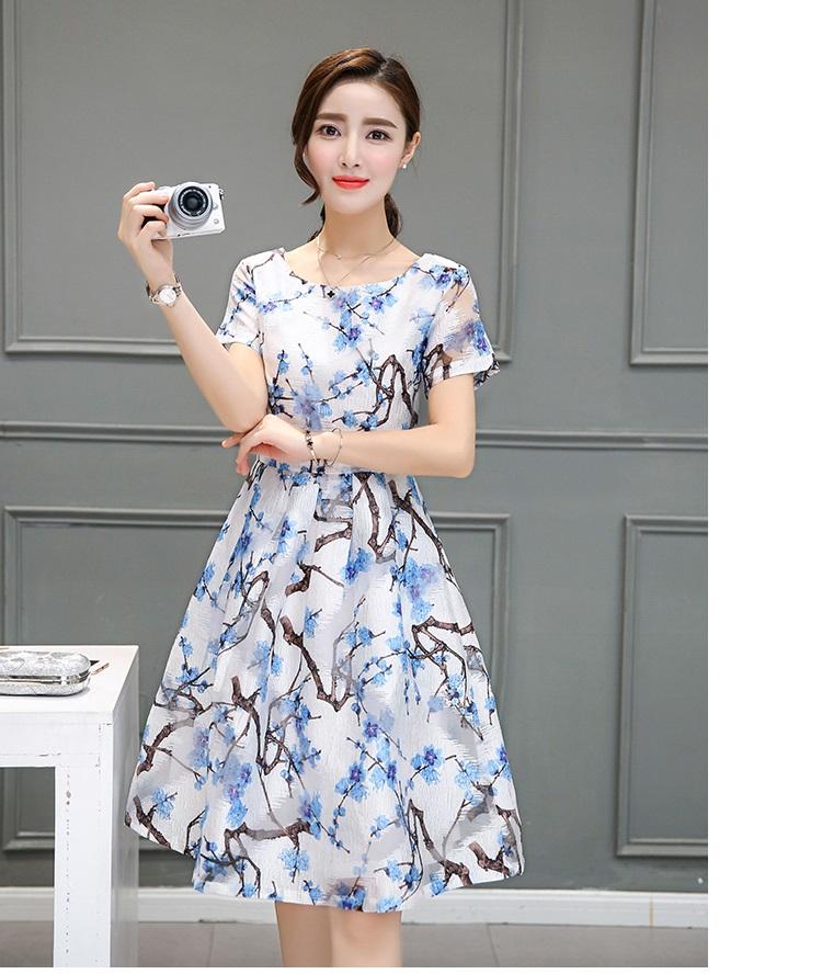 ชุดเดรสผ้าไหม เนื้อบาง พื้นสีขาว มีลายเส้นในตัว พิมพ์ลายดอกไม้โทนสีฟ้า