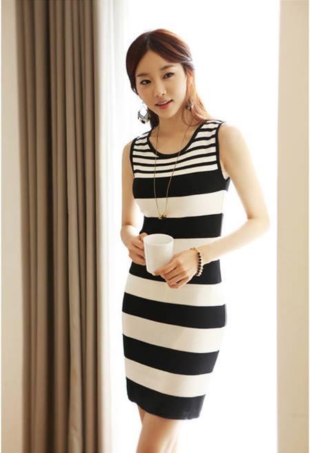 ชุดเดรสสั้น ชุดเดรสเข้ารูป Brand เกาหลี เดรสผ้านิตติ้งแขนกุด ลายขวางขาวดำ ผ้ายืดหยุ่นได้ดี สวยมากๆครับ (พร้อมส่ง)