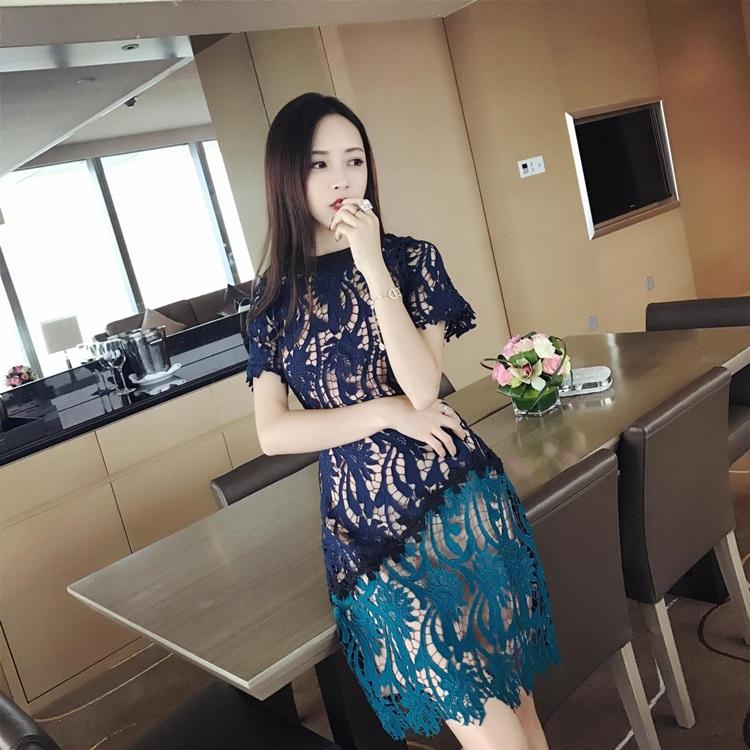 ชุดเดรสสวยๆ ผ้าถักโครเชต์สีน้ำเงินเข้ม เอวคาดด้วยผ้าแถบริบบิ้นขนาดใหญ่สีดำ