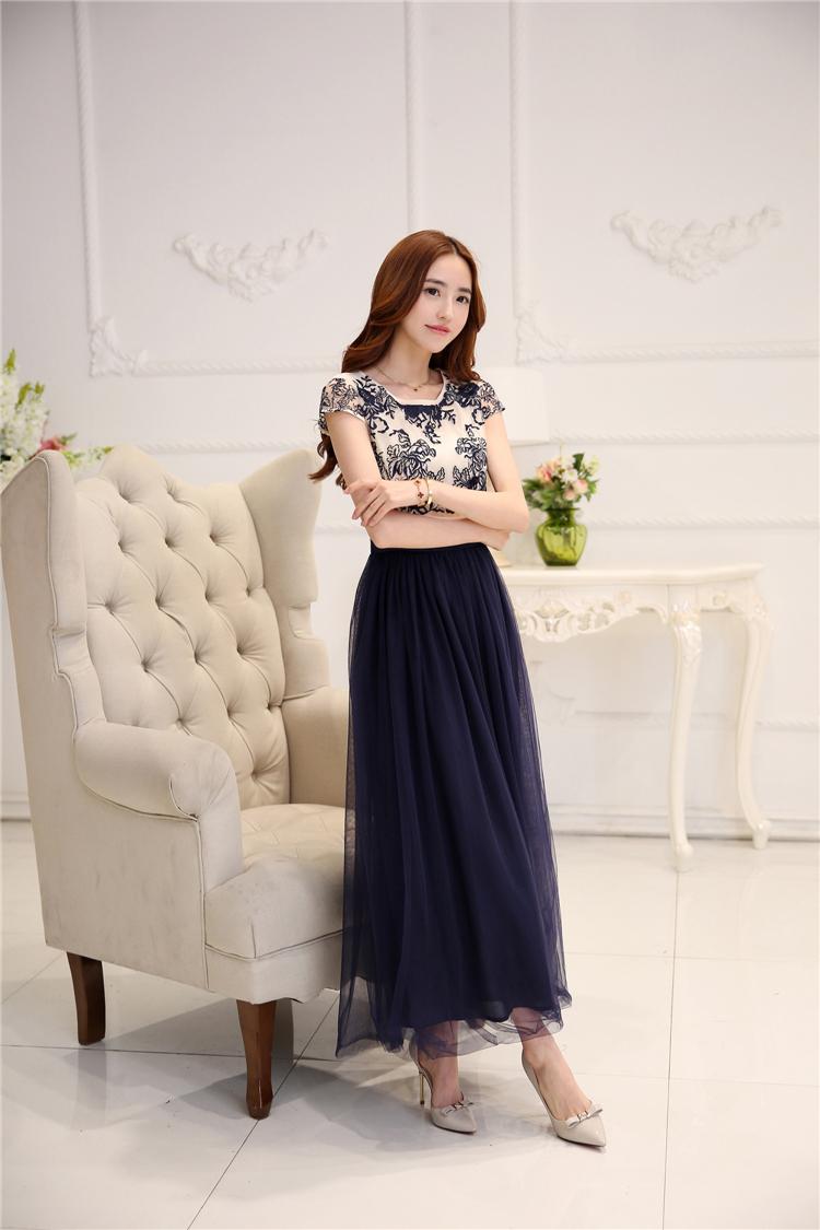 ชุดเดรสยาวสวยๆ ตัวเสื้อผ้าโปร่งปักลาย เส้นรูปดอกกุหลาย สีน้ำเงินเข้ม แขนสั้น