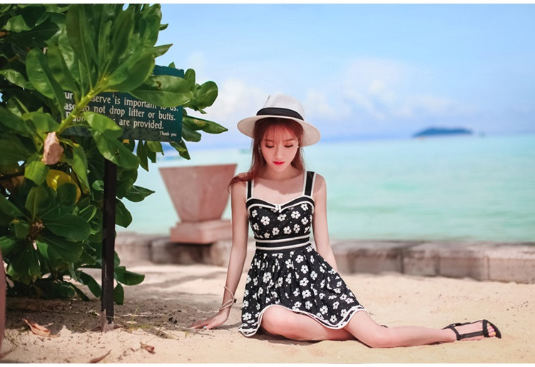 ชุดว่ายน้ำวันพีช สายเดี่ยว สีดำ ลายดอกไม้สีขาว น่ารักมากๆ ข้างในเป็นกางเกงขาสั้น