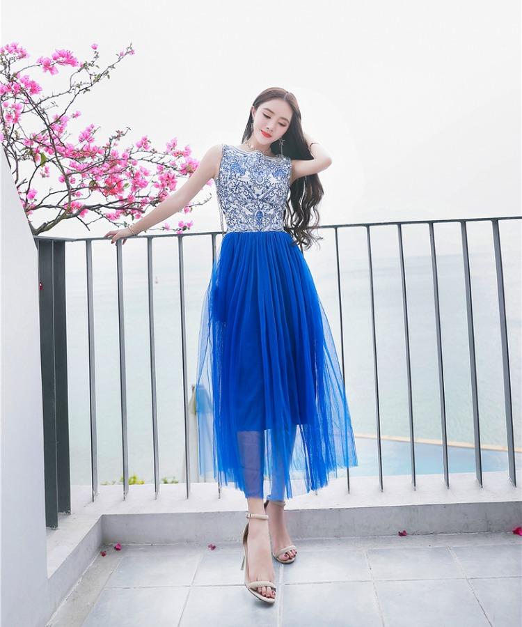 ชุดเดรสยาว ตัวเสื้อผ้าไหม silk สีขาว ปักด้วยด้านสีน้ำเงินตามแบบ