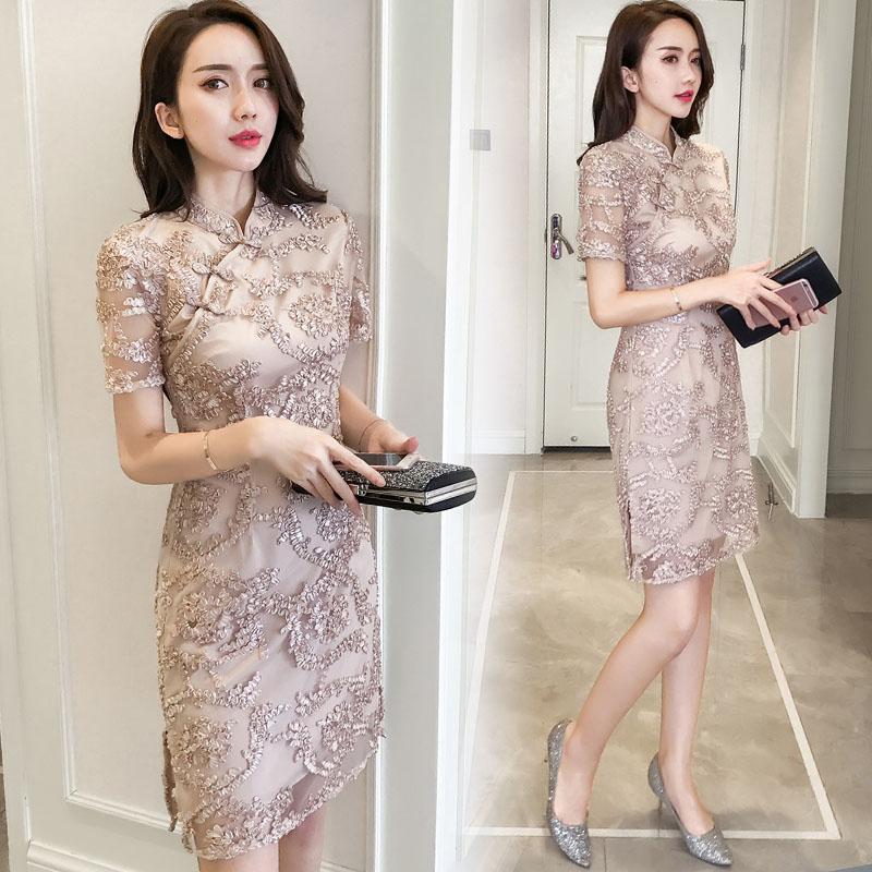 ชุดเดรสสวยๆ ตัวชุดผ้าโปร่งเนื้อละเอียดสีครีม ตัวผ้าเดินเส้นผ้าริบบิ้นสีครีมโค้งหยักตามแบบ