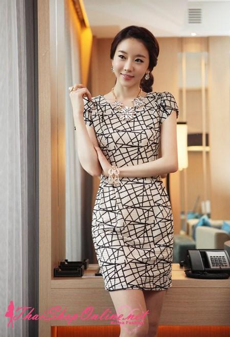 ชุดเดรส Brand LS ชุดเดรสทรงตรง ผ้า Polyester ยืดหยุ่นได้ดี พื้นสีครีมลายเส้นสีดำ สวยมากๆครับ (พร้อมส่ง)