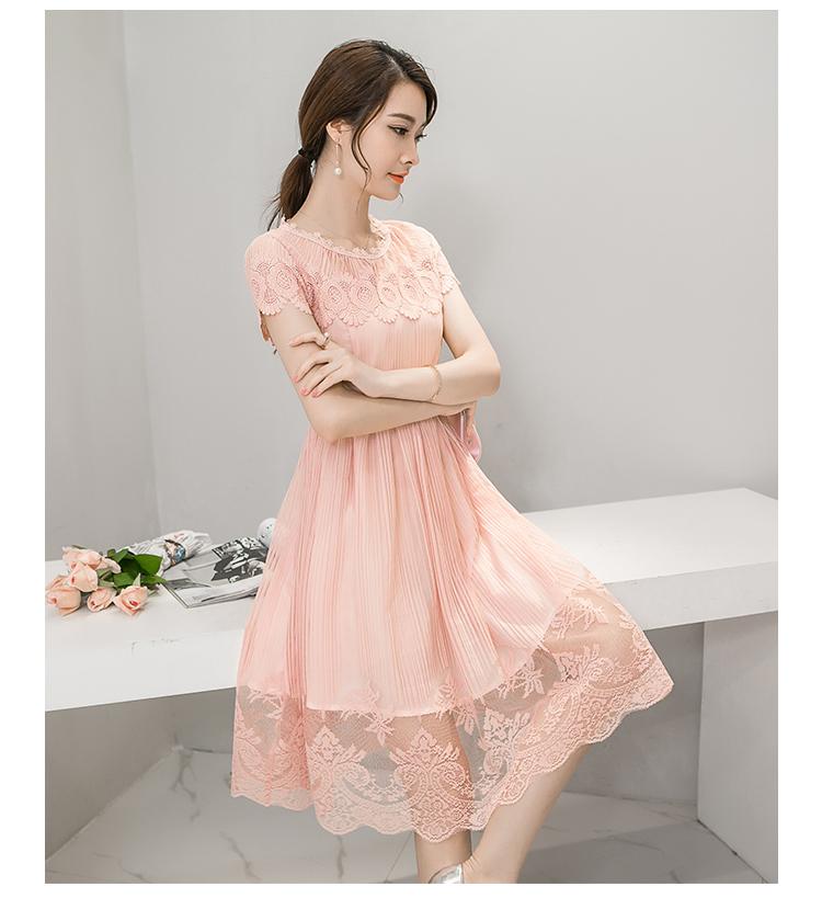 ชุดเดรสสวยๆ ตัวชุดผ้าลูกไม้ลายเส้น สีชมพูโอรส หน้าอกและชายแขนเสื้อเป็นผ้าถักลายดอกไม้