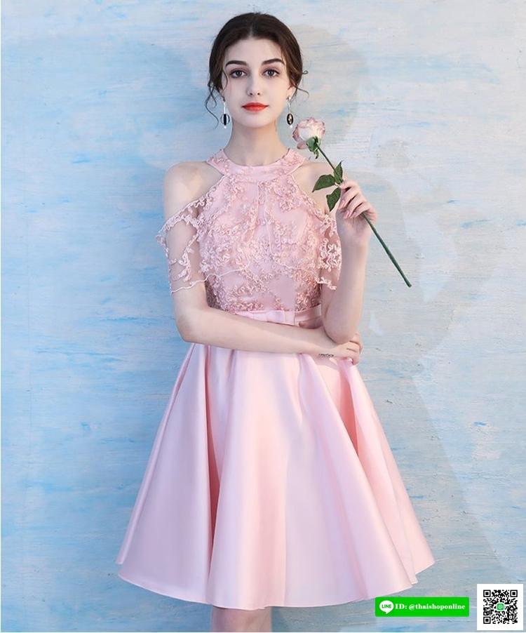 ชุดราตรีสั้นหรู ตัวเสื้อเป็นผ้าโปร่งเดินริบบิ้นหยักตามแบบสีชมพู ด้านในเป็นผ้าซาตินสีชมพู