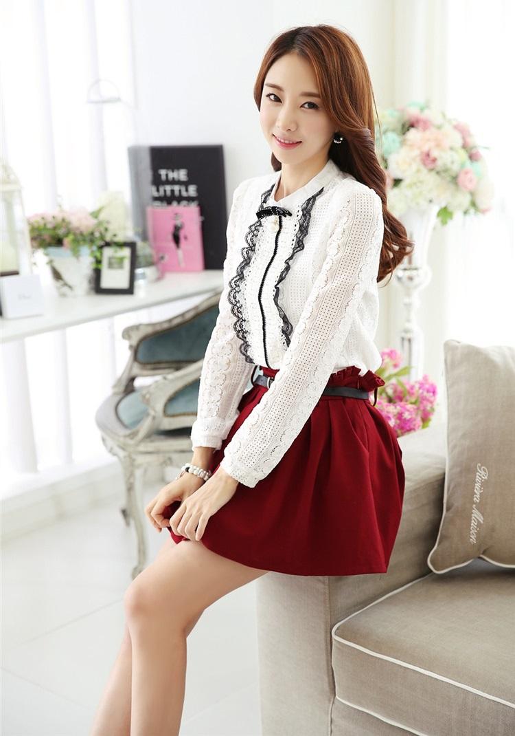 เสื้อผ้าลูกไม้ เนื้อนุ่ม ยืดหยุ่นได้ดี สีขาว แขนยาว,หน้าอกเสื้อแต่งด้วยผ้าถักและผ้าลูกไม้สีดำ มีเข็มกลัด