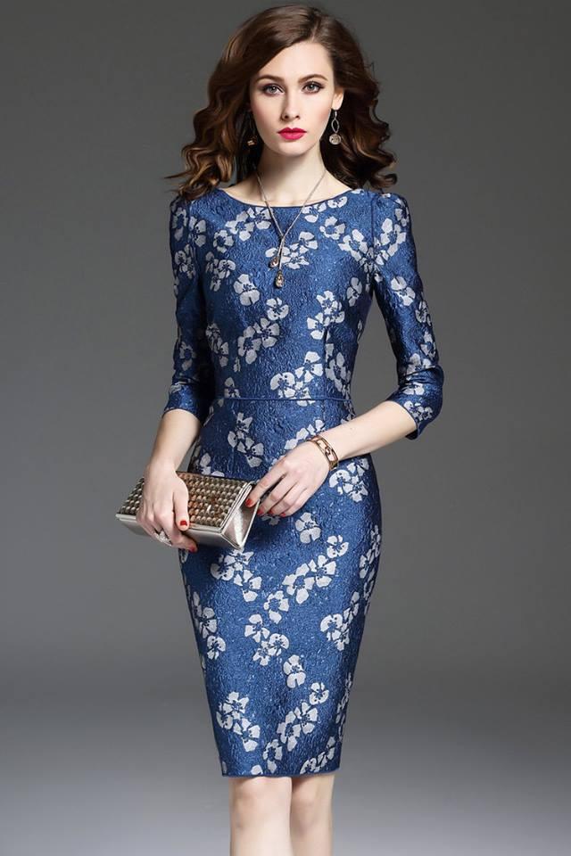 ชุดเดรสสั้น ผ้าโพลีเอสเตอร์ผสม เนื้อผ้ามีลายใจตัว พื้นสีน้ำเงิน พิมพ์ลายดอกไม้สีเงิน แขนยาวสี่ส่วน