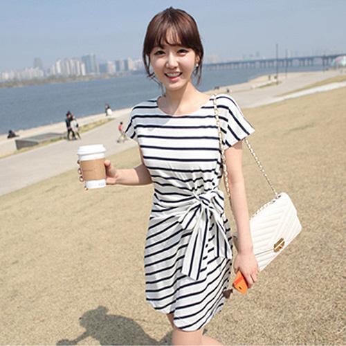 DRESS ชุดเดรสแฟชั่นเกาหลี แขนสั้น ผ้าคอตตอน ลายทาง ขาว ดำ คอกลม ใส่ทำงาน เที่ยว เชือกผูกเอวติดกับลำตัว สวย น่ารักมากๆ ครับ thaishoponline (พร้อมส่ง)