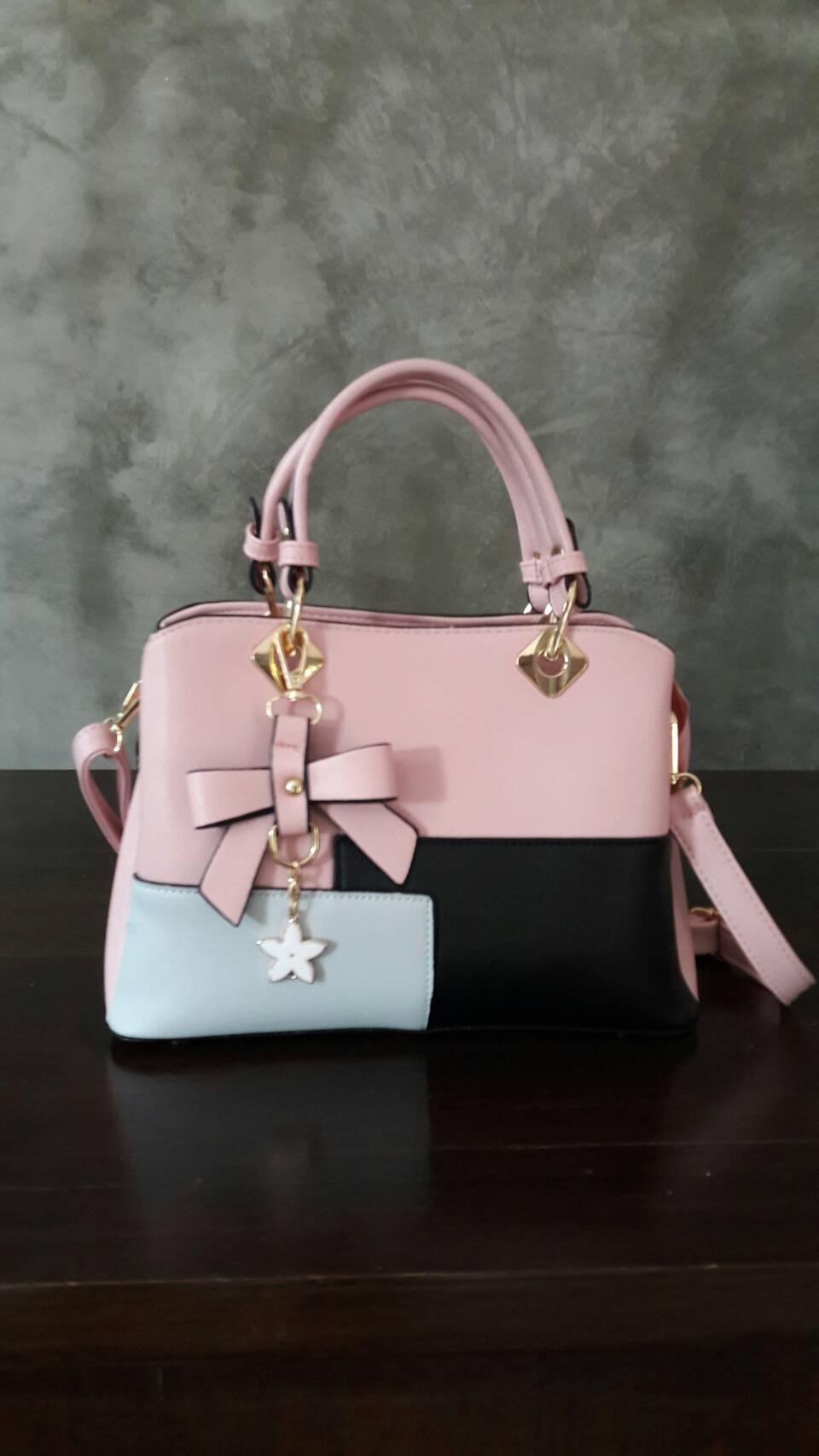 พร้อมส่ง กระเป๋าผู้หญิงถือเย็บสลับสี กระเป๋าผู้ใหญ่ถือออกงานแต่งโบว์ห้อย เย็บสลับสี รหัสYi-4217 สีชมพู 1 ใบ