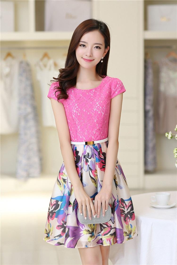 ชุดเดรสสวยๆ ตัวเสื้อผ้าลูกไม้ สีชมพูเข้ม แขนสั้น เข้ารูปช่วงเอว