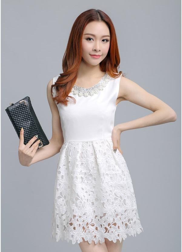 ชุดเดรสออกงาน ผ้าคอตตอนผสม สีขาว แขนกุด คอเสื้อแต่งด้วยเหลือบดิ้น และมุก สวยหรูมาก