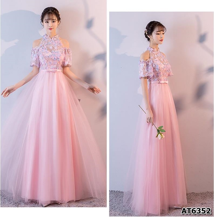 ชุดราตรีออกงานยาว สีชมพู ตัวเสื้อผ้าโปร่งปักด้วยด้ายเป็นลายเส้น ก้านดอกไม้ สีเงิน