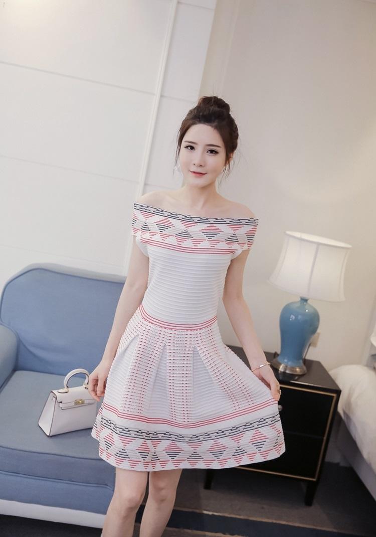 ชุดเดรสสวยๆ ผ้านิตติ้ง พื้นสีขาว คอป้าน ผ้าทอเนื้อดี ยืดหยุ่นได้สูงมากๆ