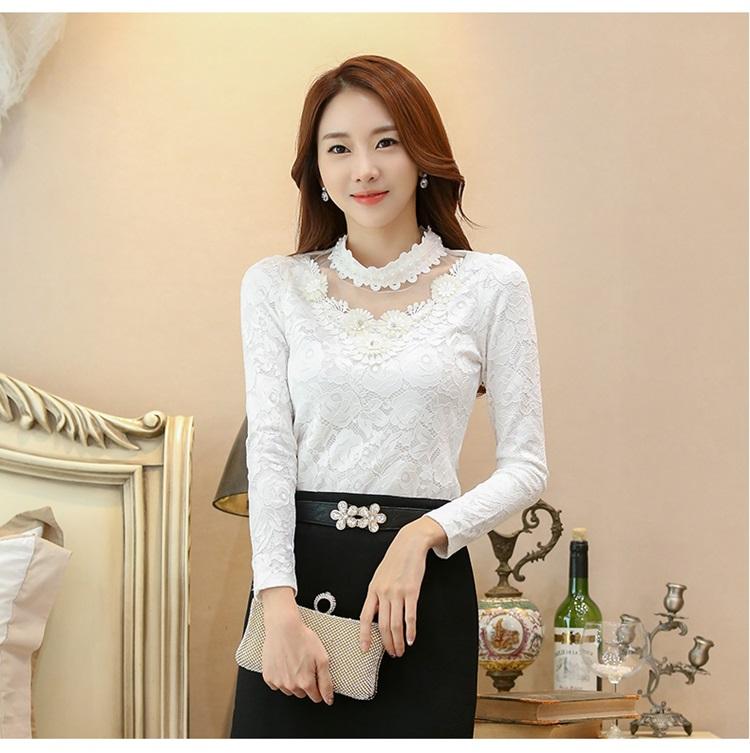 เสื้อผ้าลูกไม้สีขาว แขนยาว รอบคอเสื้อแต่งด้วยผ้าถักและมุกสีขาว
