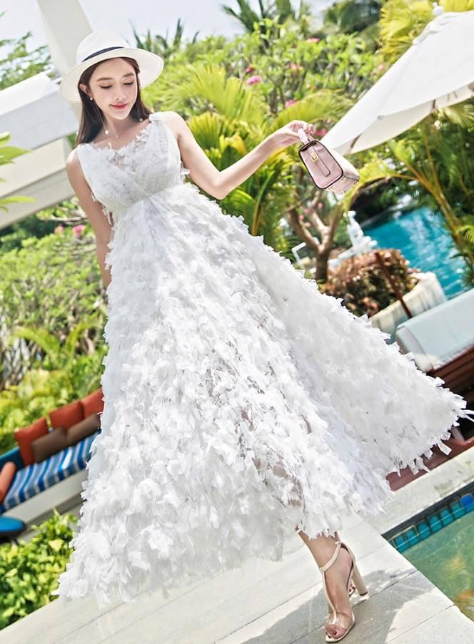 ชุดเดรสยาว ผ้าลูกไม้สุดหรูสีขาว ตัวเสื้อและกระโปรงด้านหลัง เป็นผ้าลูกไม้อัดพลีทเล็กๆ