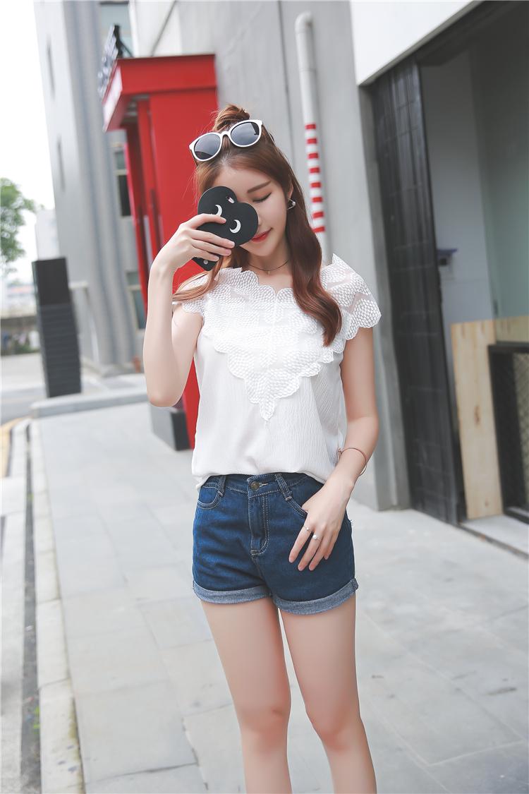 เสื้อผ้าชีฟอง ชนิดเนื้อย่น สีขาว ผ้ายืดหยุ่นได้ คอเสื้อและไหล่ เป็นผ้าลูกไม้ปักลายตามแบบ