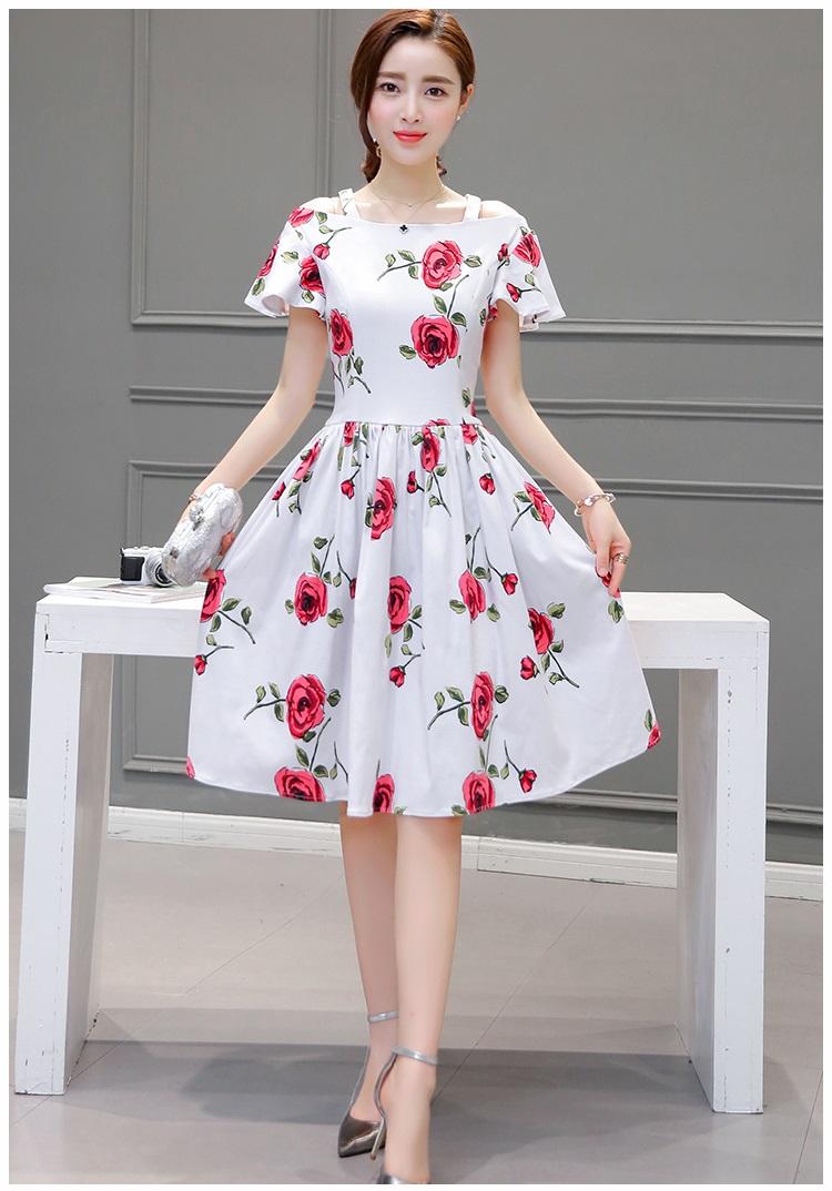 ชุดเดรสสั้น ผ้าซาติน พื้นสีขาว พิมพ์ลายดอกกุหลาบสีแดง แต่งสายเดี่ยวเปิดไหล่