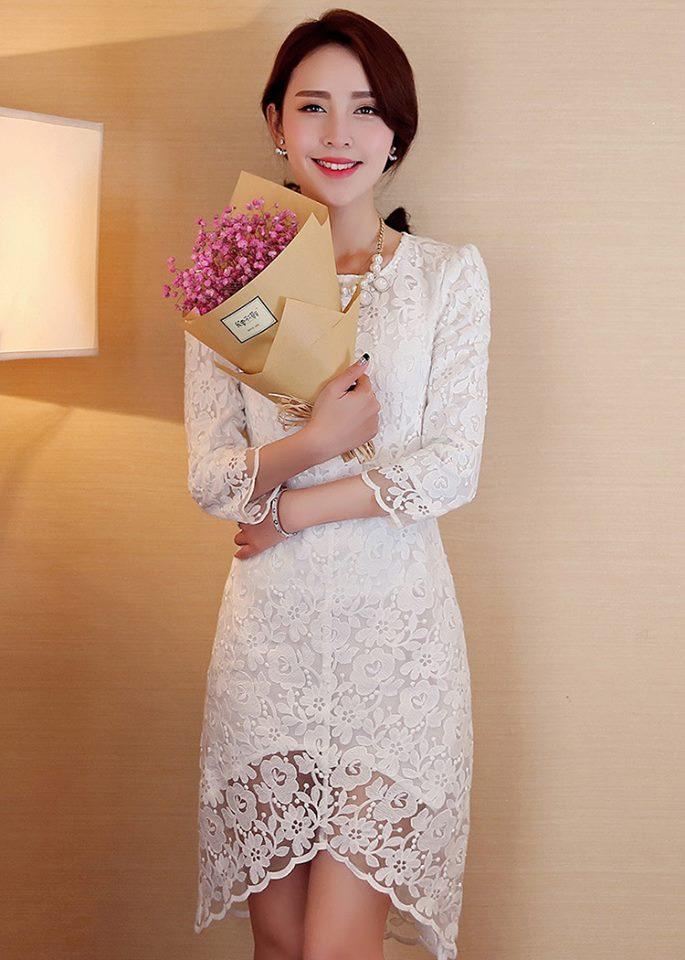 ชุดเดรสสวยๆ ผ้าลูกไม้ ปักลายดอกไม้ สีขาว แขนยาวห้าส่วน ทรงตรง เข้ารูปช่วงเอว