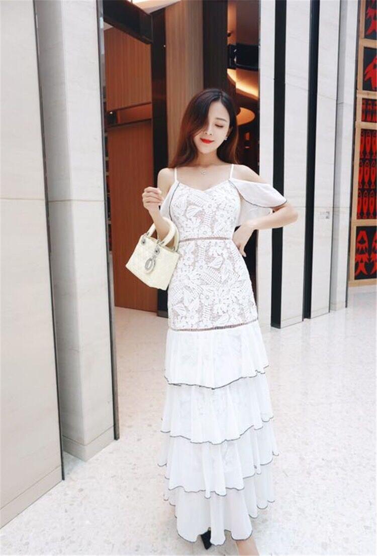 ชุดเดรสยาว สายเดี่ยว ตัวชุดเป็นผ้าถักโครเชต์ลายดอกไม้ทั้งชุดสีขาว มีผ้าชีฟองห้อยลงมา