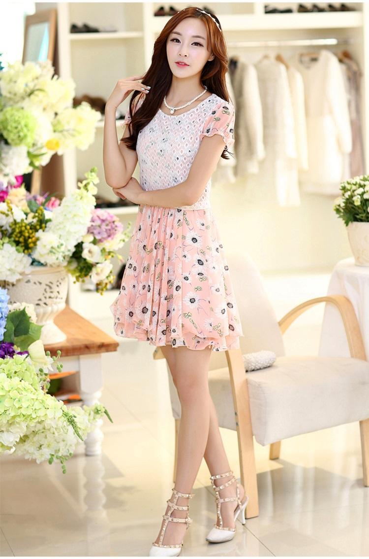 ชุดเดรสสั้น ผ้าชีฟอง ลายดอกไม้ สีขาว พื้นสีชมพู ตัวเสื้อเย็บซ้อนกับผ้าถัก สีขาว