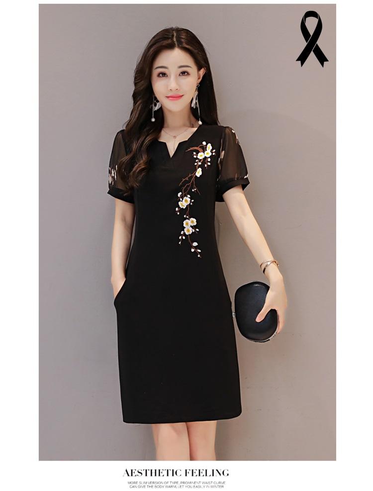 เดรสสีดำ ตัวชุดเป็นผ้านิตติ้ง ยืดหยุ่นได้ดี หน้าอกเสื้อด้านซ้ายปักลายดอกไม้เล็กๆ สีขาว