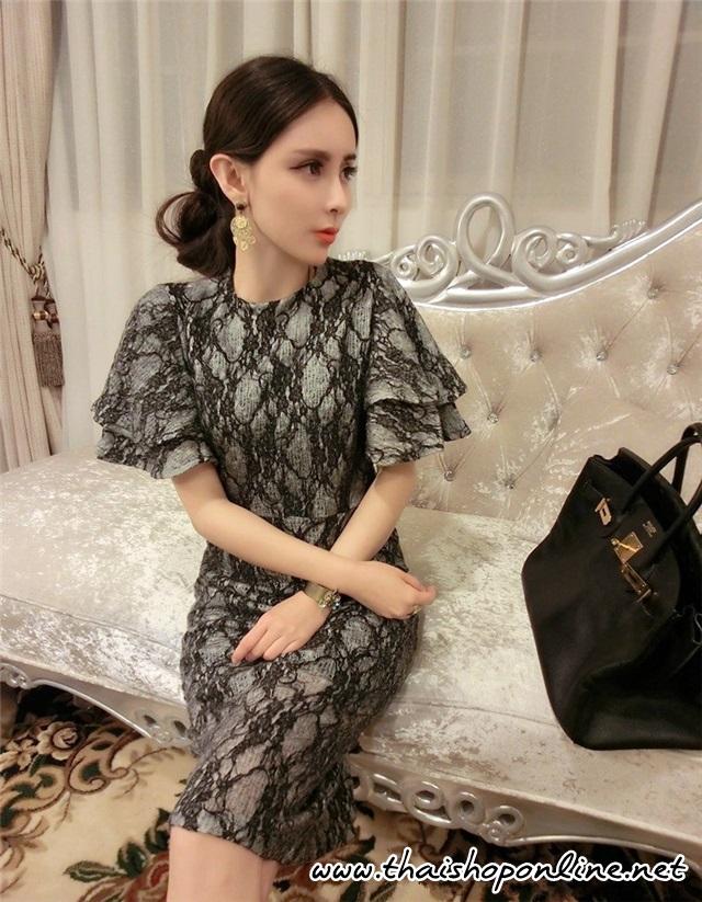 ชุดเดรสสวยๆ ผ้าคล้ายผ้าไหมพรม ยืดหยุ่นได้ดี ลายเส้น สีดำ แขนเสื้อระบาย 2 ชั้น ทรงตรง