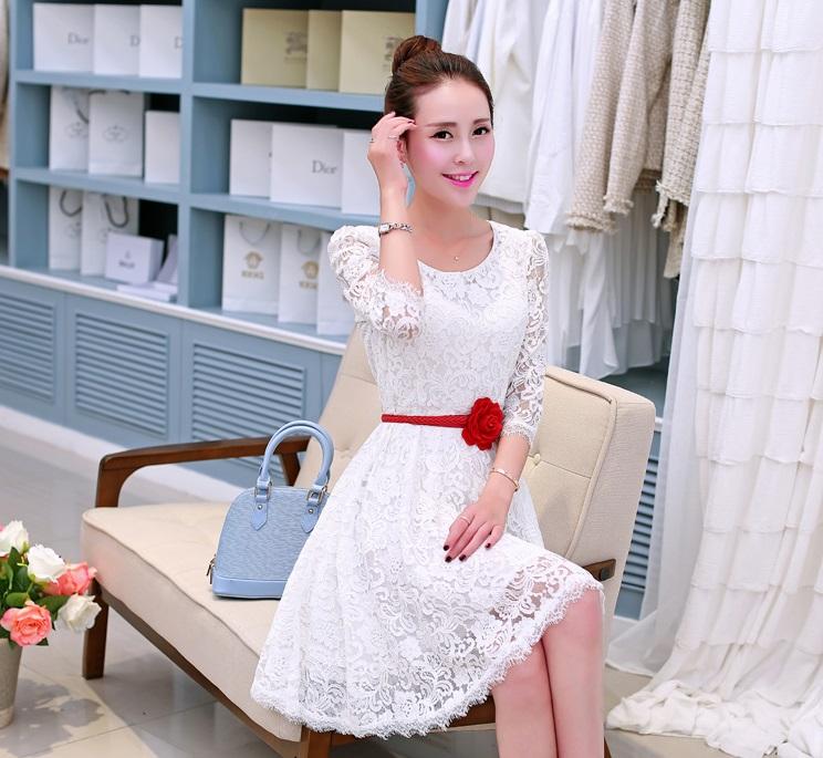 ชุดเดรสเกาหลี ผ้าลูกไม้ สีขาว แขนยาวสี่ส่วน ซิบด้านข้างลำตัว มีซับใน มาพร้อมกับเข็มขัดดอกกุหลาบสีแดง