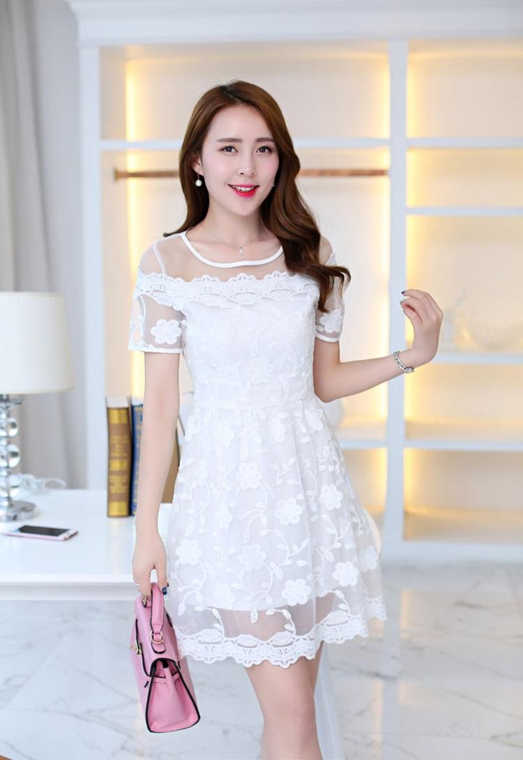 ชุดเดรสสวยๆ ผ้าลูกไม้ ปักลายดอกไม้ สีขาว