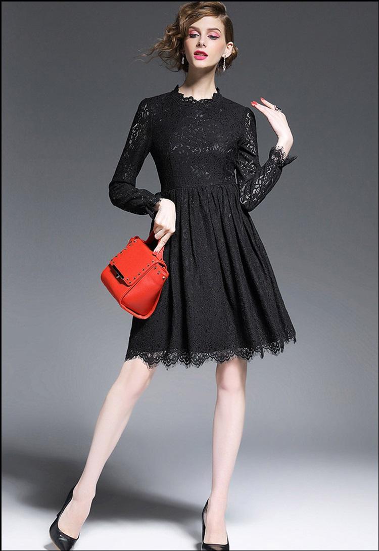 ชุดเดรสลูกไม้ สีดำ เข้ารูปช่วงเอว กระโปรงทรงเอ รอบคอเสื้อเป็นผ้าถักโครเชต์