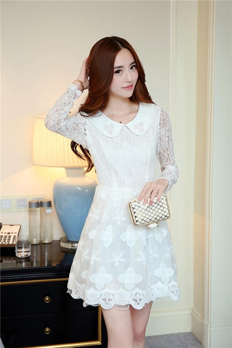 ชุดเดรสสวยๆ ตัวเสื้อผ้าลูกไม้ ชนิดยืดหยุ่นได้ดี แขนยาว สีขาว คอบัว