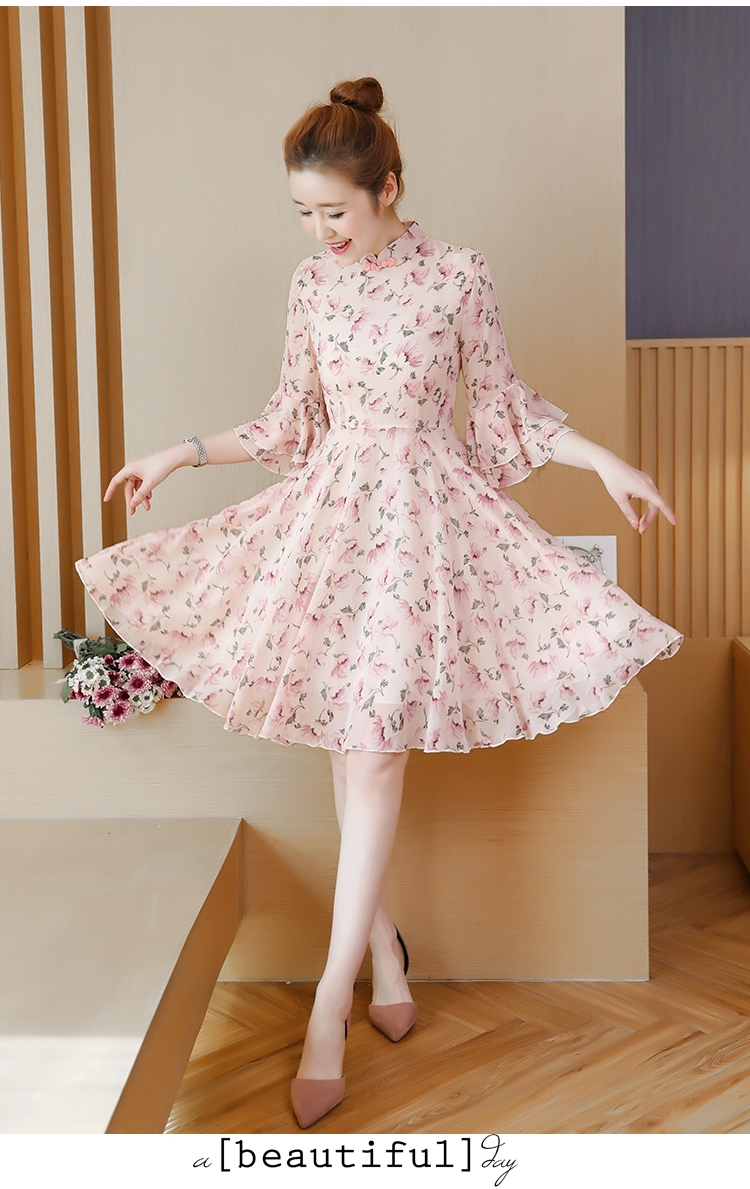 ชุดเดรสสั้นน่ารักๆ ผ้าชีฟองเนื้อดีพื้นสีชมพูอ่อน พิมพ์ลายดอกไม้สีชมพู คอจีน แขนยาวสี่ส่วน