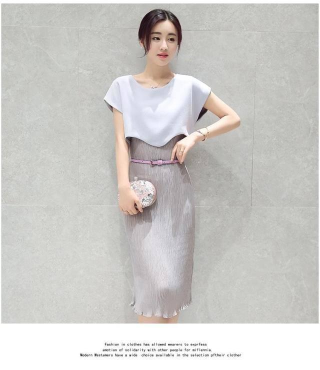 ชุดเดรสแฟชั่น ตัวชุดเป็นผ้าชีฟองอัดพลีตเล็กๆ สีเทา ทรงตรง