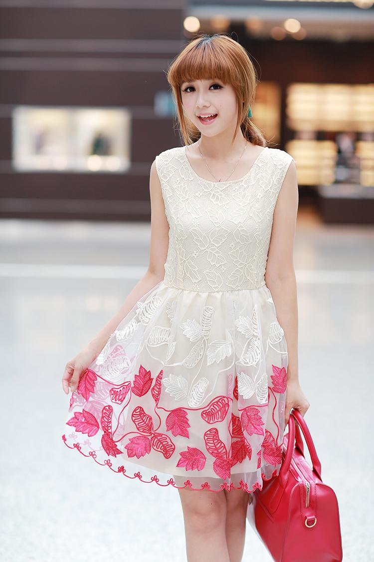 ชุดเดรสแฟชั่น Brand Ai Fei ชุดเดรสแขนกุด ตัวเสื้อผ้าลูกไม้สีครีม กระโปรงปักด้วยด้ายและดิ้นสีขาวและสีชมพูเข้ม พร้อมส่ง