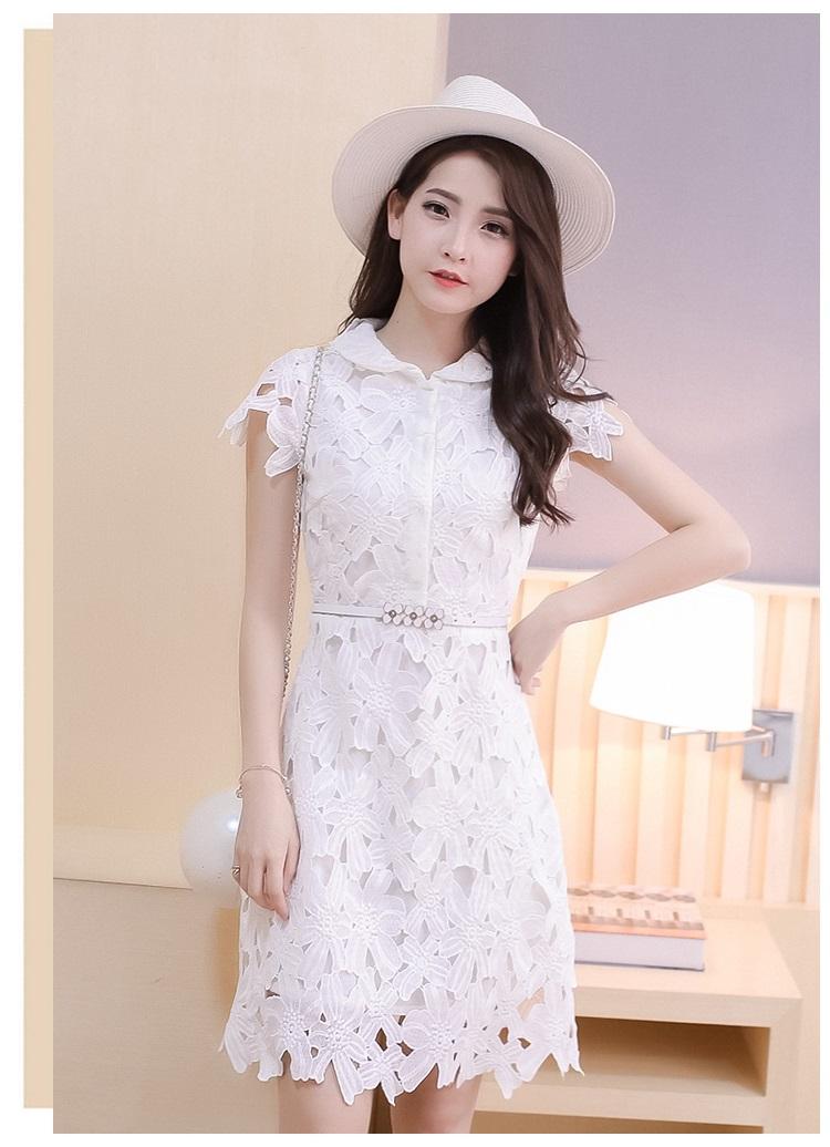 ชุดเดรสสวยๆ ผ้าลายรูปดอกไม้ สีขาว คอบัว แขนสั้น เข้ารูปช่วงเอว กระโปรงทรงเอนิดๆ