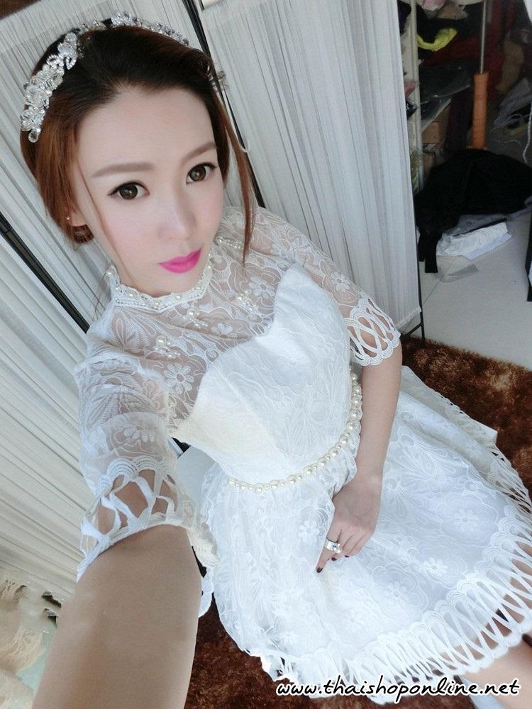 ชุดเดรสลูกไม้ ลายดอกไม้ สีขาว แขนยาวสามส่วน คอเสื้อ หน้าอก และเอวประดับด้วยมุกสีขาว