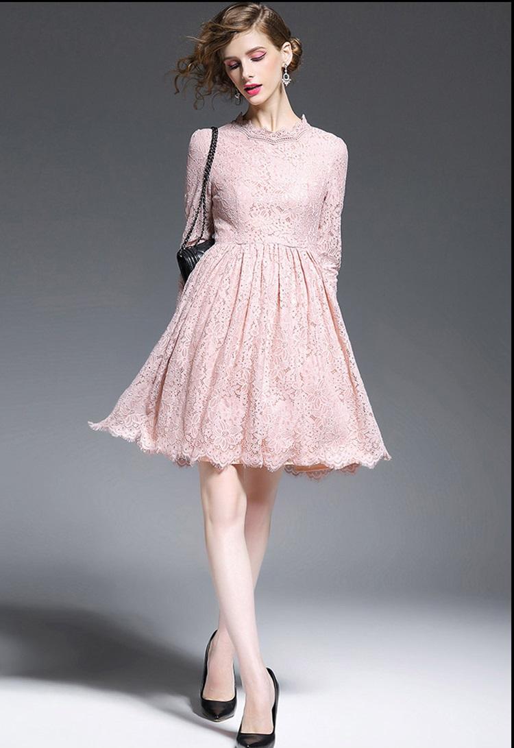 ชุดเดรสลูกไม้ สีชมพูกะปิ เข้ารูปช่วงเอว กระโปรงทรงเอ รอบคอเสื้อเป็นผ้าถักโครเชต์