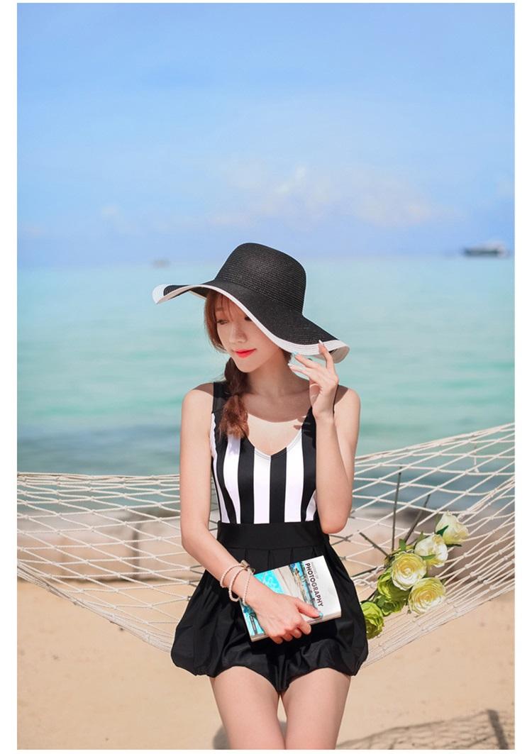 ชุดว่ายน้ำวันพีช ตัวเสื้อลายทางขาวดำ กระโปรงสีดำ น่ารักมากๆ ข้างในเป็นกางเกงขาสั้น