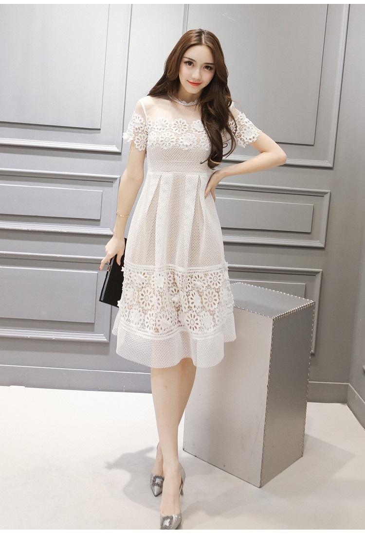 ชุดเดรสสวยๆ ผ้าลูกไม้ถักโครเชต์ สีขาว ช่วงหน้าอก แขนเสื้อ และกระโปรงเป็นผ้าถักโครเชต์รูปดอกไม้